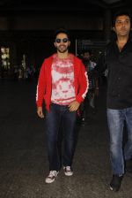 Varun Dhawan snapped at airport on 28th Nov 2016 (20)_583d25ae12b6a.JPG