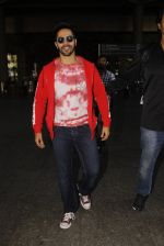 Varun Dhawan snapped at airport on 28th Nov 2016 (21)_583d25aebd36c.JPG