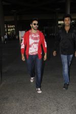 Varun Dhawan snapped at airport on 28th Nov 2016 (28)_583d25b3a42e6.JPG