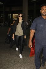 Anushka Sharma snapped at airport on 29th Nov 2016 (3)_583e7059790dd.jpg