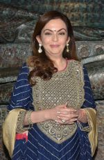 Nita Ambani at Satish Gupta_s art exhibition by Gallery Art N Soul on 29th Nov 2016 (3)_583e7684315fa.JPG