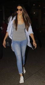 Deepika Padukone snapped at airport on 30th Nov 2016 (11)_583fc76e12e22.JPG