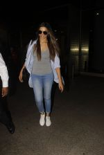 Deepika Padukone snapped at airport on 30th Nov 2016 (14)_583fc771760e2.JPG