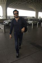 Emraan Hashmi snapped at airport on 30th Nov 2016 (26)_583fc77ca76a7.JPG