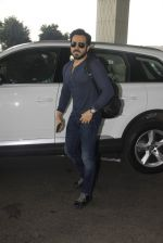 Emraan Hashmi snapped at airport on 30th Nov 2016 (29)_583fc7808a6eb.JPG