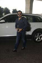 Emraan Hashmi snapped at airport on 30th Nov 2016 (30)_583fc78130dd6.JPG