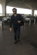 Emraan Hashmi snapped at airport on 30th Nov 2016 (35)_583fc785a88c0.JPG