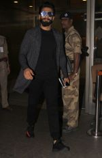 Ranveer Singh snapped at airport on 30th Nov 2016 (16)_583fc8ee39f83.JPG