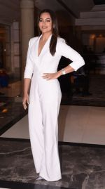 Sonakshi Sinha at Brand Vision Awards in Mumbai on 30th Nov 2016 (79)_583fc1d77fb6c.JPG