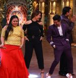 Sanjeev Kapoor, Surveen Chawla and Mudassar Khan grace the stage of COmedy Nights Bachao Taaza  (14)_584114641f0ea.jpg