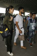 Anushka Sharma and virat Kohli snapped at airport on 2nd Dec 2016 (1)_584233d392aba.jpg