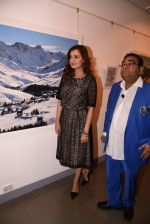 Dia Mirza at Dr Mukesh Batra photo exhibition and calendar launch on 6th Dec 2016 (24)_5847b3069d398.JPG