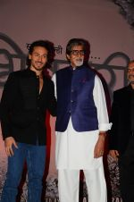 Amitabh Bachchan, Tiger Shroff at the launch of marathi film Bhikari on 7th Dec 2016 (45)_584908219a104.JPG