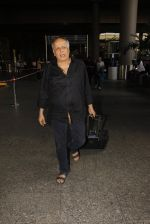 Mahesh Bhatt snapped in airport on 8th Dec 2016 (27)_584a4dbe3c86f.JPG