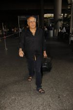 Mahesh Bhatt snapped in airport on 8th Dec 2016 (28)_584a4dbf43c89.JPG