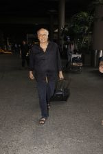 Mahesh Bhatt snapped in airport on 8th Dec 2016 (29)_584a4dc01c190.JPG
