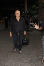 Mahesh Bhatt snapped in airport on 8th Dec 2016 (24)_584a4dba47b4d.JPG