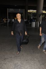 Mahesh Bhatt snapped in airport on 8th Dec 2016 (25)_584a4dbc2731f.JPG