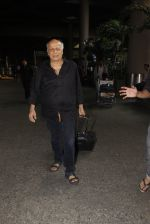 Mahesh Bhatt snapped in airport on 8th Dec 2016 (30)_584a4dc106e9c.JPG
