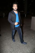Raj Kundra snapped at airport on 8th Dec 2016 (9)_584a4deec4ad7.JPG