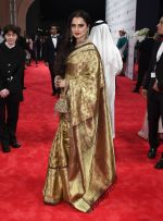 Rekha at DIFF 2016 opening Night Red Carpet on 8th Dec 2016 (86)_584a54eed8078.JPG
