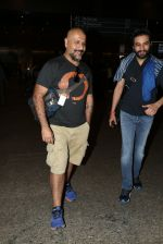 Shekhar Ravjiani, Vishal Dadlani snapped at airport on 8th Dec 2016 (7)_584a4df9973c7.JPG