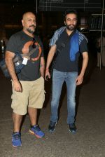 Shekhar Ravjiani, Vishal Dadlani snapped at airport on 8th Dec 2016 (8)_584a4dfa52b4e.JPG