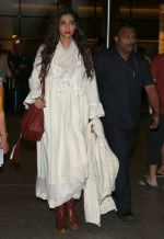 Sonam Kapoor snapped at airport on 8th Dec 2016 (2)_584a4e1e2d9e2.JPG