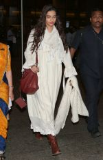 Sonam Kapoor snapped at airport on 8th Dec 2016 (3)_584a4e1ece565.JPG