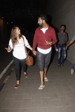 Yuvraj Singh, Hazel Keech snapped at airport on 17th Dec 2016 (18)_585786b3f0c53.JPG