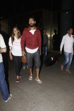 Yuvraj Singh, Hazel Keech snapped at airport on 17th Dec 2016 (2)_585786ac3d947.JPG