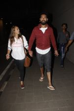Yuvraj Singh, Hazel Keech snapped at airport on 17th Dec 2016 (1)_58578662df611.JPG