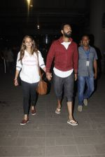 Yuvraj Singh, Hazel Keech snapped at airport on 17th Dec 2016 (13)_585786672c559.JPG