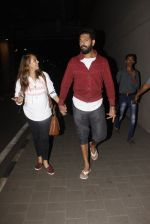 Yuvraj Singh, Hazel Keech snapped at airport on 17th Dec 2016 (19)_58578668e7f11.JPG