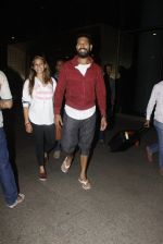 Yuvraj Singh, Hazel Keech snapped at airport on 17th Dec 2016 (3)_58578663d90f2.JPG
