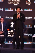 Shah Rukh Khan at a press meet to announce Indian Academy Awards on 21st Dec 2016 (15)_585b8a2c3aa47.JPG