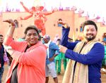 swapnil joshi & ganesh acharya on location of Marathi film Bhikari in Filmcity, Mumbai on 21st Dec 2016 (2)_585b8fc77d181.jpg