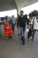 Ajay Devgan snapped at airport on 22nd Dec 2016 (49)_585ccfd3daee7.JPG