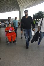 Ajay Devgan snapped at airport on 22nd Dec 2016 (50)_585ccfd4dfcbf.JPG