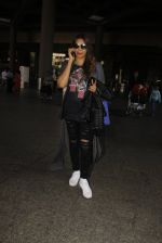 Bipasha Basu snapped at airport on 22nd Dec 2016 (54)_585ccfe234e32.JPG