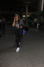 Bipasha Basu snapped at airport on 22nd Dec 2016 (55)_585ccfe2d4e12.JPG