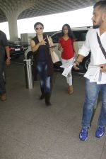 Kajol snapped at airport on 22nd Dec 2016 (22)_585ccfef86a02.JPG