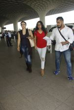Kajol snapped at airport on 22nd Dec 2016 (25)_585ccff1999ea.JPG