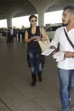 Kajol snapped at airport on 22nd Dec 2016 (28)_585ccff39618a.JPG