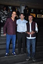 Vidhu Vinod Chopra, Rajkumar Hirani at Dangal premiere on 22nd Dec 2016 (319)_585cdd71cd49a.JPG