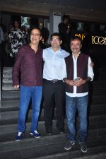 Vidhu Vinod Chopra, Rajkumar Hirani at Dangal premiere on 22nd Dec 2016 (321)_585cdd7312b34.JPG