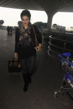 Raveena Tandon snapped at airport on 24th Dec 2016 (30)_58621688a8978.JPG