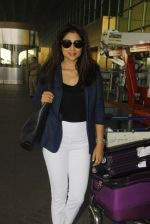 Shriya Saran snapped at airport on 24th Dec 2016 (21)_5862169bbaf21.JPG