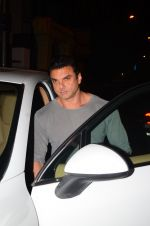 Sohail Khan snapped at Corner House in Bandra on 24th Dec 2016 (5)_586218b6f07e2.JPG