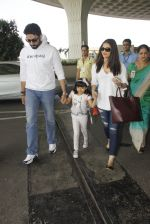 Aishwarya Rai Bachchan,Abhishek Bachchan snapped at airport on 28th Dec 2016 (89)_5864bb1817e82.JPG